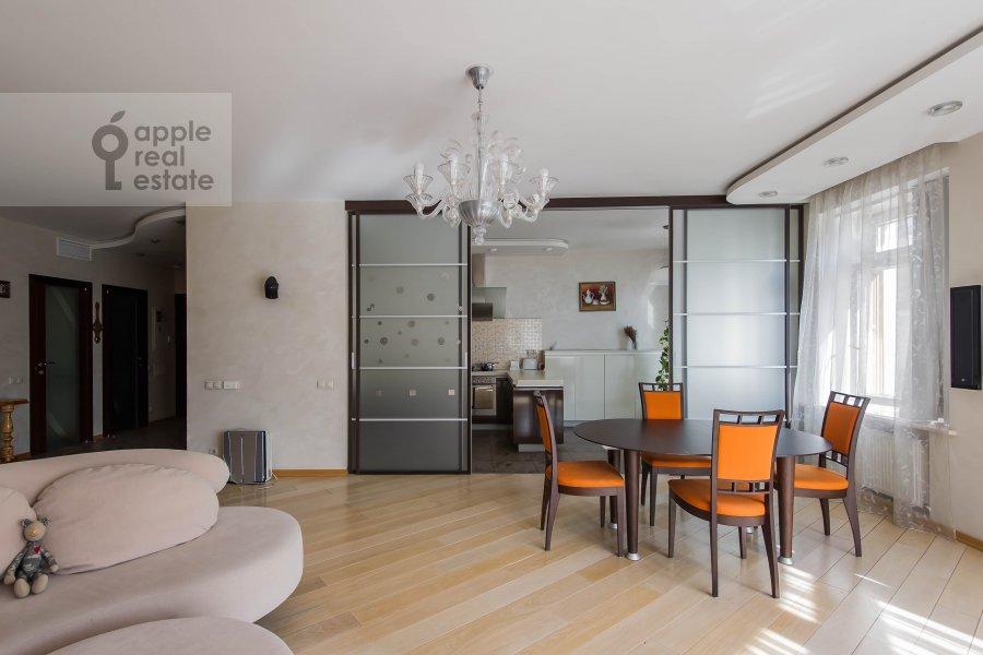Living room of the 4-room apartment at Krivoarbatskiy pereulok 8s2