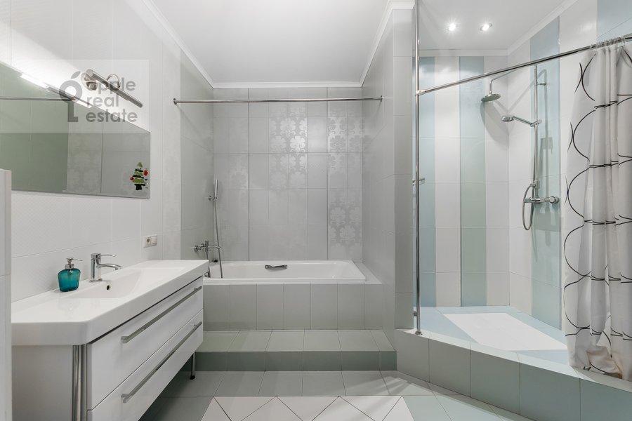 Bathroom of the 3-room apartment at Shabolovka ul. 10