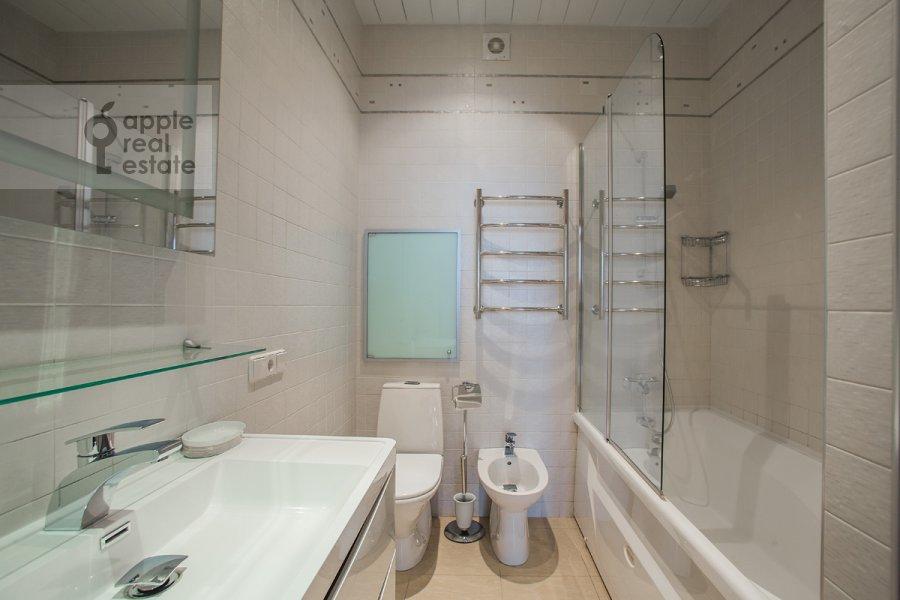 Санузел в 4-комнатной квартире по адресу Шаболовка ул. 23к1