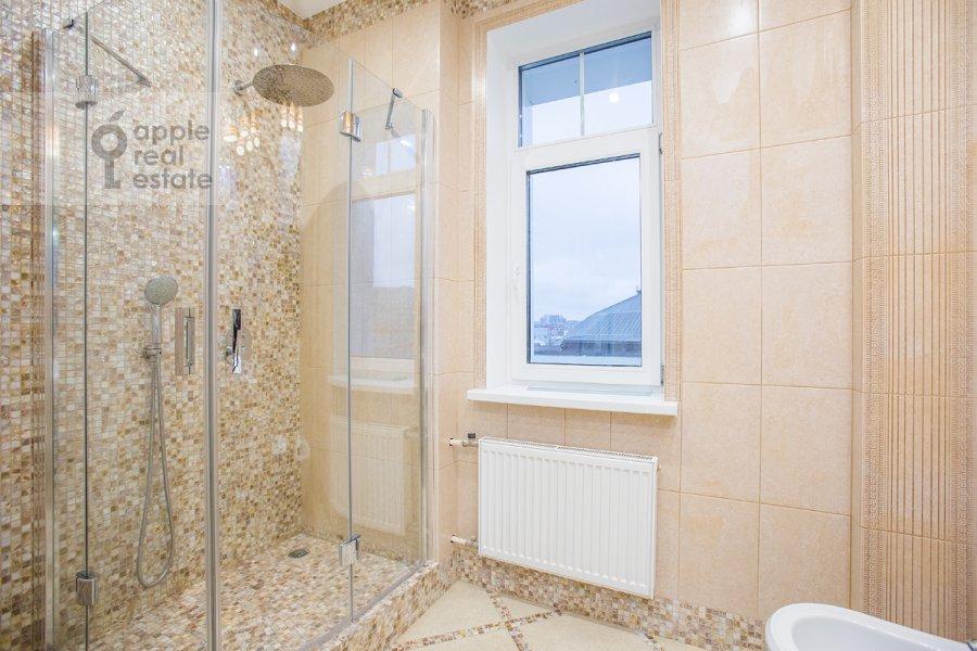 Bathroom of the 5-room apartment at Tsvetnoy bul'var 13s2