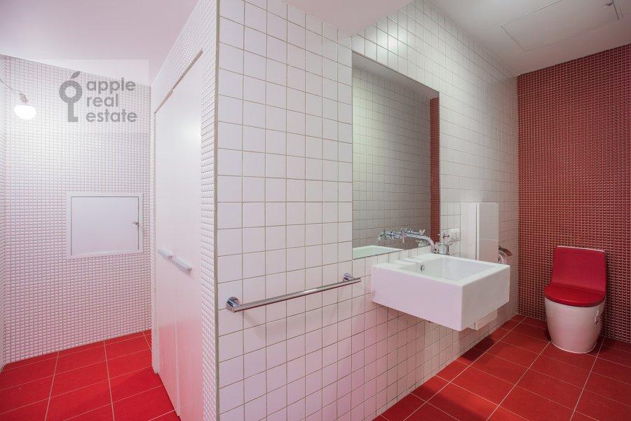 Bathroom of the 4-room apartment at Leningradskiy prospekt 76k1
