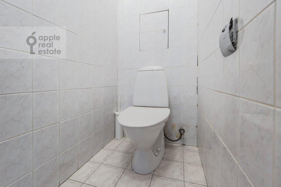 Bathroom of the 3-room apartment at Frunzenskaya nab. 38/1