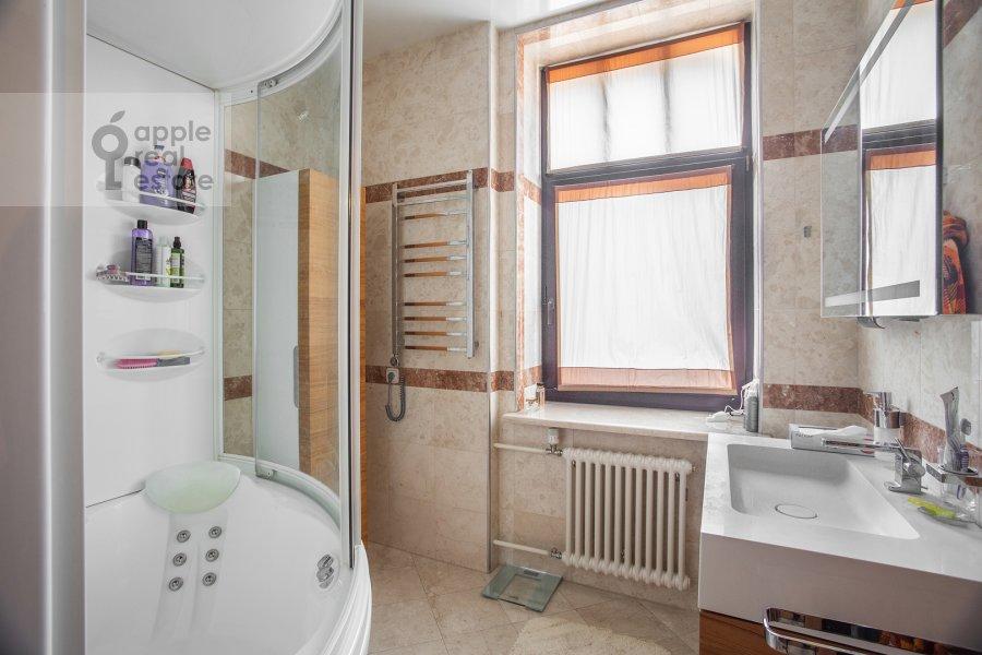 Bathroom of the 4-room apartment at Palashevskiy Bol'shoy per. 1s2