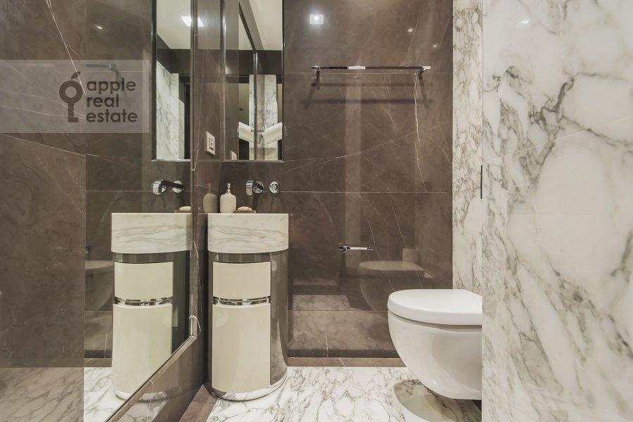 Bathroom of the 3-room apartment at 1-y Neopalimovskiy per. 8