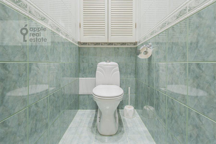 Санузел в 3-комнатной квартире по адресу Леонтьевский пер. 6с2