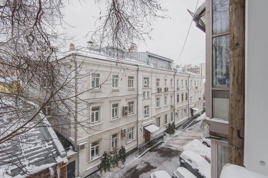 Вид из окна в 3-комнатной квартире по адресу Леонтьевский пер. 6с2