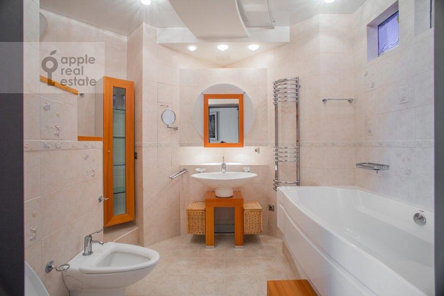 Bathroom of the 4-room apartment at Zvenigorodskaya ul. 7