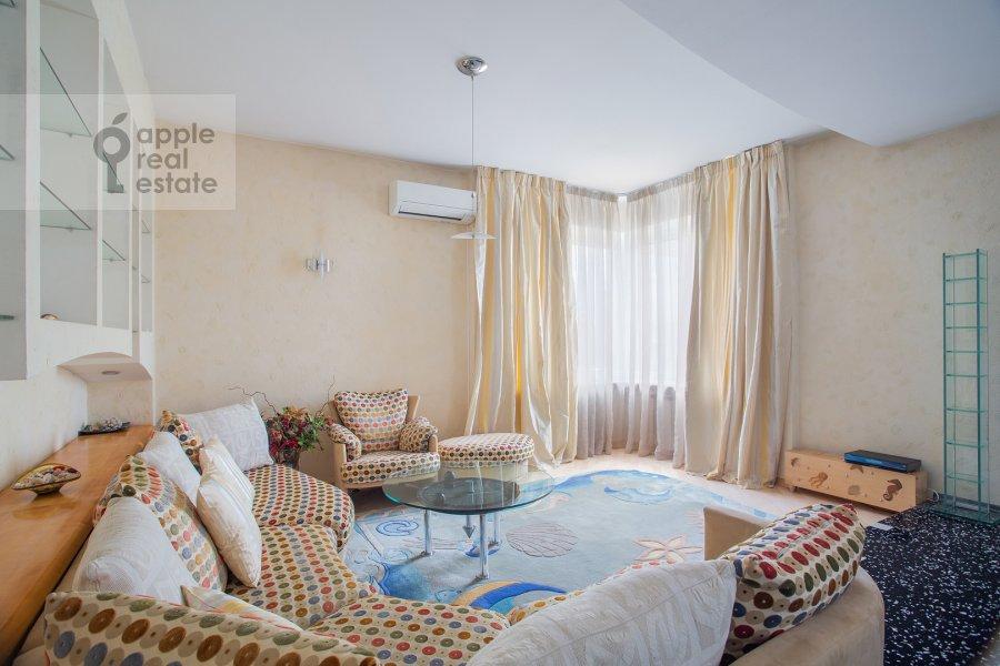Living room of the 4-room apartment at Zvenigorodskaya ul. 7