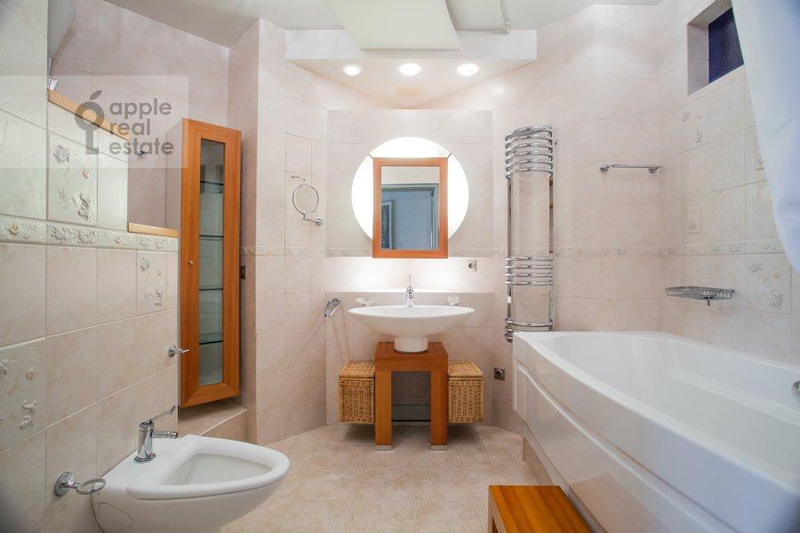 Bathroom of the 4-room apartment at Zvenigorodskaya ulitsa 7