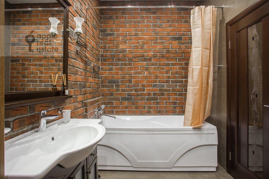 Bathroom of the 3-room apartment at Komsomol'skiy prospekt 42s2