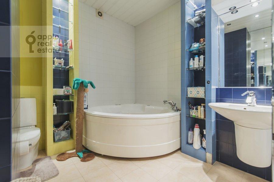 Bathroom of the 4-room apartment at Volkonskiy 2-y per. 12