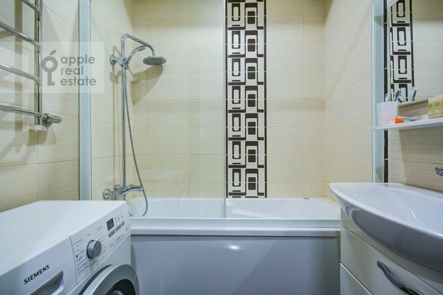 Bathroom of the 3-room apartment at Troilinskiy pereulok 4/7
