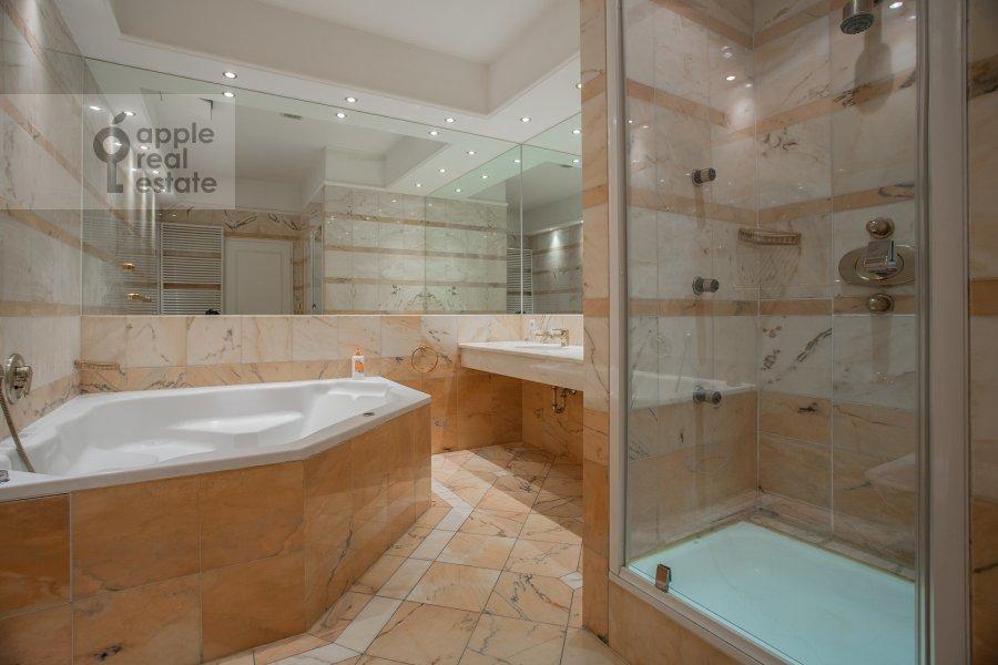 Bathroom of the 3-room apartment at Tsvetnoy b-r 9